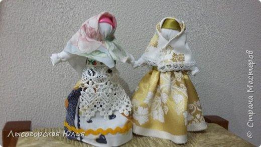 """Всем здравствуйте! Представляю вашему вниманию своих """"простушек"""", в смысле исполнения. Я уже говорила, что в группе моего старшего сыночка предложили собирать народных куколок, свою аппликационную чукчанку я уже принесла, но когда увидела кукол Любови Шаровой  http://stranamasterov.ru/node/998567#comment-13624101  , то так  ими вдохновилась и буквально за час смастерила  еще и эту парочку. фото 2"""