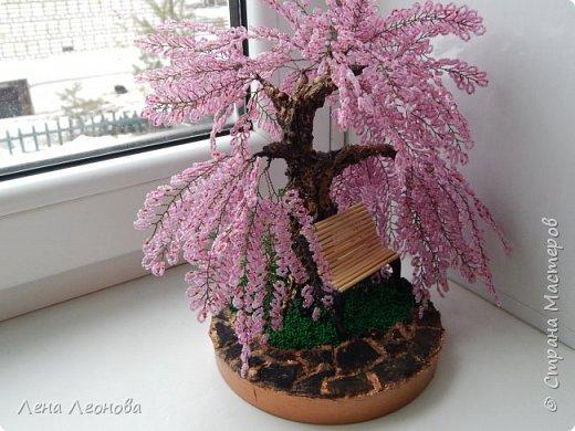 Моя новая работа- сакура. Я уже показывала розовое дерево. То дерево изначально задумывалось как сакура, но когда наплела веточек,понела что оттенок бисера слишком светлый и блёклый для сакуры. Тогда я собрала дома все остатки бисера розовых оттенков. Нашлось примерно 5 оттенков. Намешала их и добавила к розовому бисеру,который использовала в розовом дерево. Сочетание мне очень понравилось. Веточки тоже решила делать длинными, чтоб красиво свисали. Микса бисера мне не хватило. Пришлось бежать в магазин и докупать похожие цвета. Опять добавила к тому розовому и смешала. Думала что будет сильное отличие,но когда сравнила веточки,разницы практически не было. Наплела большую кучу веточек разной длины. Собрала дерево, не понравилось. Решила переделать. В итоге получилось то, чтотвы видете. фото 2