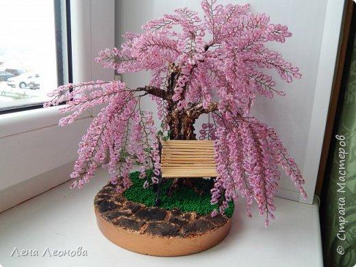 Моя новая работа- сакура. Я уже показывала розовое дерево. То дерево изначально задумывалось как сакура, но когда наплела веточек,понела что оттенок бисера слишком светлый и блёклый для сакуры. Тогда я собрала дома все остатки бисера розовых оттенков. Нашлось примерно 5 оттенков. Намешала их и добавила к розовому бисеру,который использовала в розовом дерево. Сочетание мне очень понравилось. Веточки тоже решила делать длинными, чтоб красиво свисали. Микса бисера мне не хватило. Пришлось бежать в магазин и докупать похожие цвета. Опять добавила к тому розовому и смешала. Думала что будет сильное отличие,но когда сравнила веточки,разницы практически не было. Наплела большую кучу веточек разной длины. Собрала дерево, не понравилось. Решила переделать. В итоге получилось то, чтотвы видете. фото 1