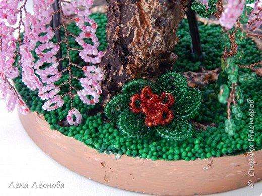 Моя новая работа- сакура. Я уже показывала розовое дерево. То дерево изначально задумывалось как сакура, но когда наплела веточек,понела что оттенок бисера слишком светлый и блёклый для сакуры. Тогда я собрала дома все остатки бисера розовых оттенков. Нашлось примерно 5 оттенков. Намешала их и добавила к розовому бисеру,который использовала в розовом дерево. Сочетание мне очень понравилось. Веточки тоже решила делать длинными, чтоб красиво свисали. Микса бисера мне не хватило. Пришлось бежать в магазин и докупать похожие цвета. Опять добавила к тому розовому и смешала. Думала что будет сильное отличие,но когда сравнила веточки,разницы практически не было. Наплела большую кучу веточек разной длины. Собрала дерево, не понравилось. Решила переделать. В итоге получилось то, чтотвы видете. фото 10