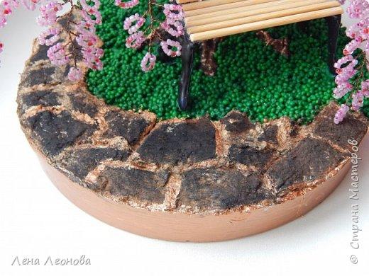 Моя новая работа- сакура. Я уже показывала розовое дерево. То дерево изначально задумывалось как сакура, но когда наплела веточек,понела что оттенок бисера слишком светлый и блёклый для сакуры. Тогда я собрала дома все остатки бисера розовых оттенков. Нашлось примерно 5 оттенков. Намешала их и добавила к розовому бисеру,который использовала в розовом дерево. Сочетание мне очень понравилось. Веточки тоже решила делать длинными, чтоб красиво свисали. Микса бисера мне не хватило. Пришлось бежать в магазин и докупать похожие цвета. Опять добавила к тому розовому и смешала. Думала что будет сильное отличие,но когда сравнила веточки,разницы практически не было. Наплела большую кучу веточек разной длины. Собрала дерево, не понравилось. Решила переделать. В итоге получилось то, чтотвы видете. фото 9