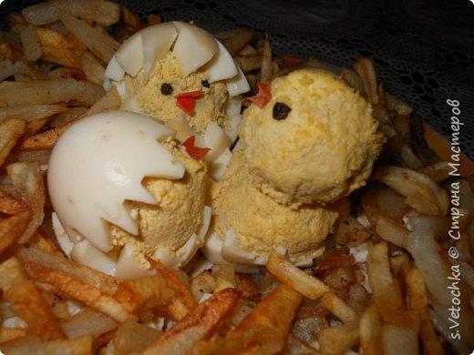 """В этом сообщении я не даю каких-то необычных рецептов.  Блюда распространенные, обычные. Салаты могут быть любые, ваши любимые Этот делала на 8 Марта. """"Тюльпаны""""- из репчатого лука. """"Ленточка""""-полоска из вареной моркови. фото 6"""