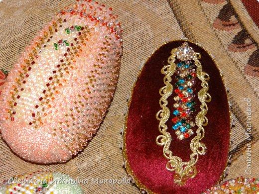 основа деревянное яйцо, оплетенное бисером. второе яйцо - обшито бархатом и украшено разными декоративными украшениями фото 1