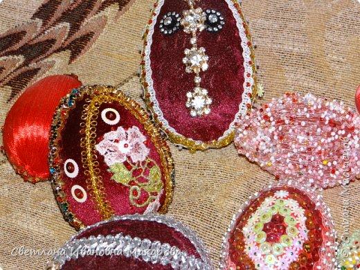 основа деревянное яйцо, оплетенное бисером. второе яйцо - обшито бархатом и украшено разными декоративными украшениями фото 2