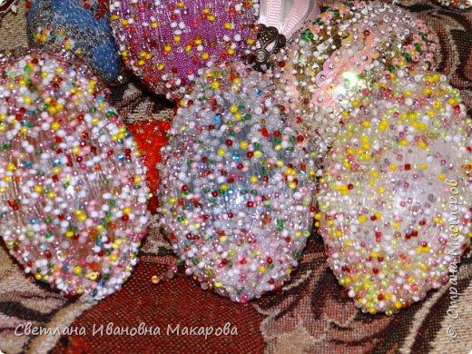 основа деревянное яйцо, оплетенное бисером. второе яйцо - обшито бархатом и украшено разными декоративными украшениями фото 3