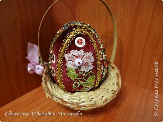 основа деревянное яйцо, оплетенное бисером. второе яйцо - обшито бархатом и украшено разными декоративными украшениями фото 5