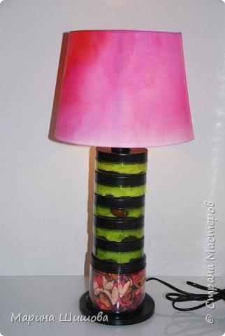 Давно хотела сотворить какую-нибудь лампу. Собирала баночки, много чего думала-передумала по этому поводу и вот получилась такая романтичная штучка)).....еще хочу по трафарету что-нибудь написать по краю абажура, но пока я это дело отложила. фото 1