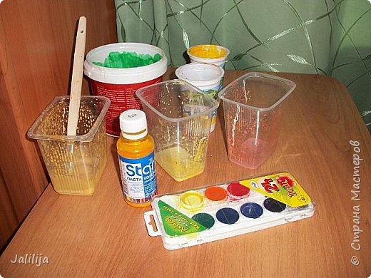 Всё что нужно для покраски: клей ПВА, краски (колер для малярных работ), кисточка, маленькие посудинки, вода.  фото 1
