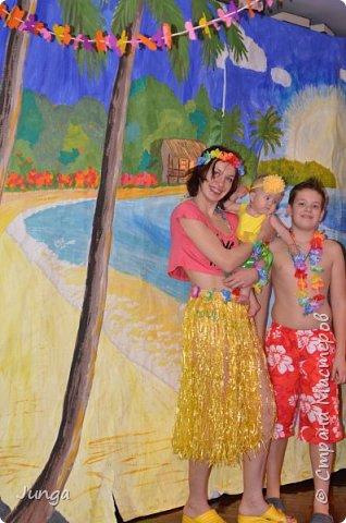 Праздновали с друзьями новый год по-гавайски)) Соорудили дома пляжный бар, нарядились подобающе))) Для доченьки сшила гавайский костюмчик) фото 12