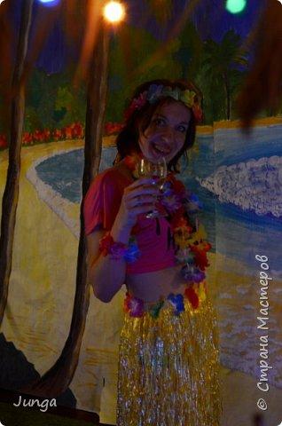 Праздновали с друзьями новый год по-гавайски)) Соорудили дома пляжный бар, нарядились подобающе))) Для доченьки сшила гавайский костюмчик) фото 17