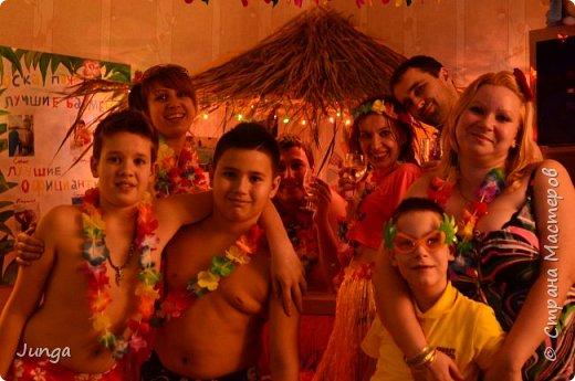 Праздновали с друзьями новый год по-гавайски)) Соорудили дома пляжный бар, нарядились подобающе))) Для доченьки сшила гавайский костюмчик) фото 19