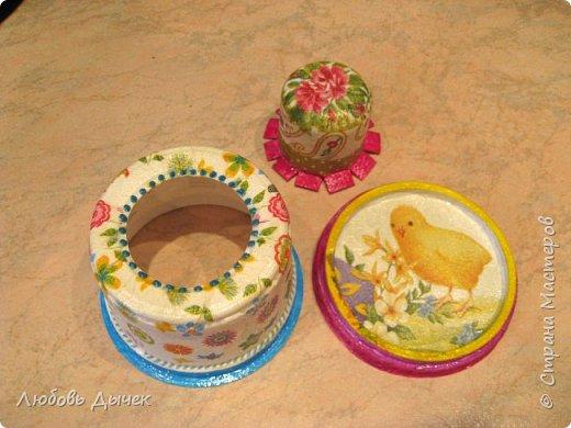 Всем доброго времени суток! Хочу поделиться со всеми, кого заинтересует моя новая идея как легко и просто взрослым и даже детям сделать своими руками нарядную подставку для яиц. Кроме того, что она удобна и проста в изготовлении, эта подставка легко трансформируется в красивую коробочку (упаковку) для подарочного расписного яичка на Пасху. фото 22