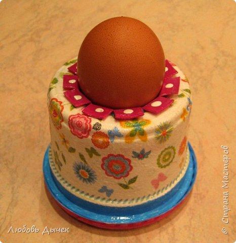 Всем доброго времени суток! Хочу поделиться со всеми, кого заинтересует моя новая идея как легко и просто взрослым и даже детям сделать своими руками нарядную подставку для яиц. Кроме того, что она удобна и проста в изготовлении, эта подставка легко трансформируется в красивую коробочку (упаковку) для подарочного расписного яичка на Пасху. фото 1