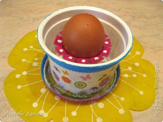Всем доброго времени суток! Хочу поделиться со всеми, кого заинтересует моя новая идея как легко и просто взрослым и даже детям сделать своими руками нарядную подставку для яиц. Кроме того, что она удобна и проста в изготовлении, эта подставка легко трансформируется в красивую коробочку (упаковку) для подарочного расписного яичка на Пасху. фото 35
