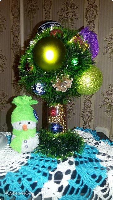 Только сейчас нашла время выложить моё деревце. Так названо, потому что сделано из сломанных игрушек, которые остались после Нового года. Будет радовать на следующий Новый год... и выбрасывать ничего не пришлось. ))))) Красуется на перевернутом бокале. фото 1