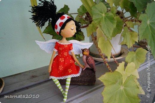 Здравствуйте, жители СМ! Полюбилось мне папье-маше. Из всего, что пробовала ранее, этот материал мне доставляет самое большое удовольствие. С фантазией у меня не очень хорошо дела обстоят, поэтому делаю кукол по картинам художников, которые мне нравятся. Этот ангелочек сделан по картине Татьяны Бетехтиной. фото 6