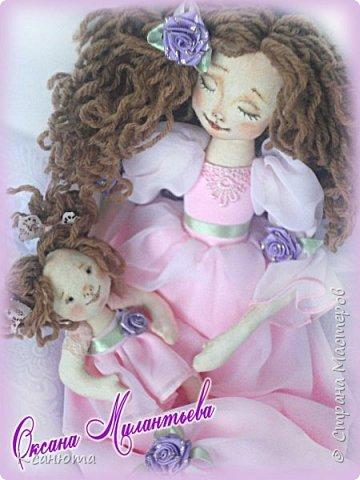 Здравствуйте друзья. Однажды,как принято говорить на просторах Инета, я увидела куклу ангела с младенцем в руках, и так понравилась мне эта нежность.Прошло время,я вспомнила и...теперь, и у меня есть,  только не ангел,а просто МАМА с малышкой. Как понравилось их фотографировать,столько эмоций ,нежности,я просто рада.Поэтому и фото много. Мама конечно молода и прекрасна,но мне так нравится малышка.  Подарила куклу любимой подруге фото 7