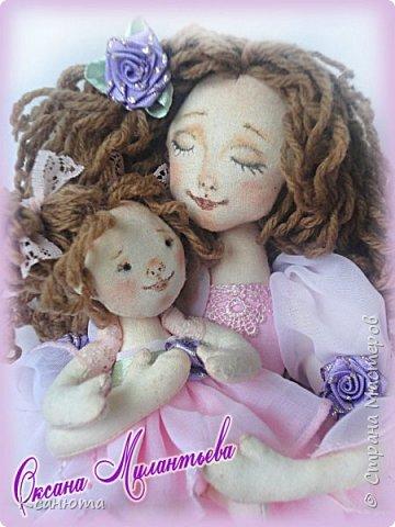 Здравствуйте друзья. Однажды,как принято говорить на просторах Инета, я увидела куклу ангела с младенцем в руках, и так понравилась мне эта нежность.Прошло время,я вспомнила и...теперь, и у меня есть,  только не ангел,а просто МАМА с малышкой. Как понравилось их фотографировать,столько эмоций ,нежности,я просто рада.Поэтому и фото много. Мама конечно молода и прекрасна,но мне так нравится малышка.  Подарила куклу любимой подруге фото 11