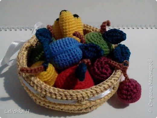 Привет, Всем! Я с очередной поделкой-игрушкой. Связались фрукты и маленькая корзинка Все фрукты не больше 5 см. Захотелось вот связать такую мелочь племяннику в сад. фото 14