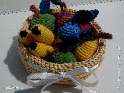 Привет, Всем! Я с очередной поделкой-игрушкой. Связались фрукты и маленькая корзинка Все фрукты не больше 5 см. Захотелось вот связать такую мелочь племяннику в сад. фото 16