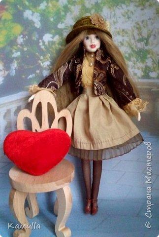 Куклы тоже готовятся к Дню Валентина. Они могут стать для кого-то прекрасным подарком. Эта куколка высотой 26 см, головка сделана из цернита Doll Collection, тело из из пластической глины La Doll. Тело вылеплено на каркасе из проволоки. Прическа сделана из искусственных волос. Лицо расписано акриловыми красками и пастелью. Юбка сшита из плащовки, заложены складки. Блузка из марлевки, спереди нашита полоска кружев. Жакет сшит из плотной костюмной ткани и хорошо держит форму. Сзади заложены и скреплены две складки. Колготы сшиты из  капрона. Шляпка сделана из шпагата.  Туфельки  - оттиск из пластика. Одежда сшита на швейной машине. Сердечко сшито из фетра. фото 1