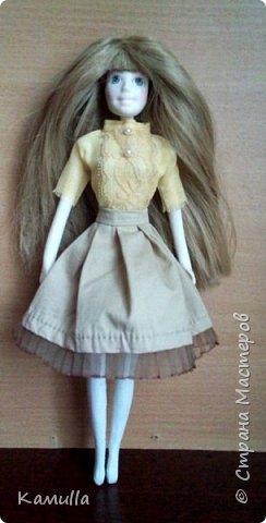 Куклы тоже готовятся к Дню Валентина. Они могут стать для кого-то прекрасным подарком. Эта куколка высотой 26 см, головка сделана из цернита Doll Collection, тело из из пластической глины La Doll. Тело вылеплено на каркасе из проволоки. Прическа сделана из искусственных волос. Лицо расписано акриловыми красками и пастелью. Юбка сшита из плащовки, заложены складки. Блузка из марлевки, спереди нашита полоска кружев. Жакет сшит из плотной костюмной ткани и хорошо держит форму. Сзади заложены и скреплены две складки. Колготы сшиты из  капрона. Шляпка сделана из шпагата.  Туфельки  - оттиск из пластика. Одежда сшита на швейной машине. Сердечко сшито из фетра. фото 4