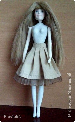 Куклы тоже готовятся к Дню Валентина. Они могут стать для кого-то прекрасным подарком. Эта куколка высотой 26 см, головка сделана из цернита Doll Collection, тело из из пластической глины La Doll. Тело вылеплено на каркасе из проволоки. Прическа сделана из искусственных волос. Лицо расписано акриловыми красками и пастелью. Юбка сшита из плащовки, заложены складки. Блузка из марлевки, спереди нашита полоска кружев. Жакет сшит из плотной костюмной ткани и хорошо держит форму. Сзади заложены и скреплены две складки. Колготы сшиты из  капрона. Шляпка сделана из шпагата.  Туфельки  - оттиск из пластика. Одежда сшита на швейной машине. Сердечко сшито из фетра. фото 3