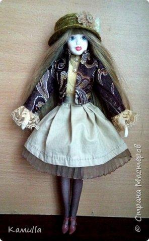 Куклы тоже готовятся к Дню Валентина. Они могут стать для кого-то прекрасным подарком. Эта куколка высотой 26 см, головка сделана из цернита Doll Collection, тело из из пластической глины La Doll. Тело вылеплено на каркасе из проволоки. Прическа сделана из искусственных волос. Лицо расписано акриловыми красками и пастелью. Юбка сшита из плащовки, заложены складки. Блузка из марлевки, спереди нашита полоска кружев. Жакет сшит из плотной костюмной ткани и хорошо держит форму. Сзади заложены и скреплены две складки. Колготы сшиты из  капрона. Шляпка сделана из шпагата.  Туфельки  - оттиск из пластика. Одежда сшита на швейной машине. Сердечко сшито из фетра. фото 7