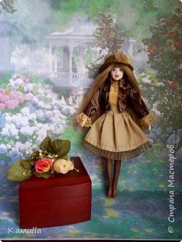 Куклы тоже готовятся к Дню Валентина. Они могут стать для кого-то прекрасным подарком. Эта куколка высотой 26 см, головка сделана из цернита Doll Collection, тело из из пластической глины La Doll. Тело вылеплено на каркасе из проволоки. Прическа сделана из искусственных волос. Лицо расписано акриловыми красками и пастелью. Юбка сшита из плащовки, заложены складки. Блузка из марлевки, спереди нашита полоска кружев. Жакет сшит из плотной костюмной ткани и хорошо держит форму. Сзади заложены и скреплены две складки. Колготы сшиты из  капрона. Шляпка сделана из шпагата.  Туфельки  - оттиск из пластика. Одежда сшита на швейной машине. Сердечко сшито из фетра. фото 8