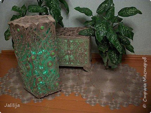 Высота светильника -60 сантиметров. Боковые грани - 20 см. Использована  непрокрашенная  джутовая нить. Внутри светильника -светодиодная лента ,зелёная, можно использовать любого цвета, какой вам больше нравится. Продаётся в любом магазине электротоваров, стоит недорого. В этой лампе длина ленты 1 метр. фото 2