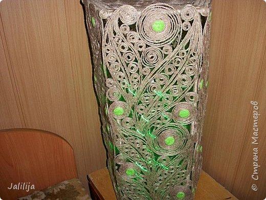 Высота светильника -60 сантиметров. Боковые грани - 20 см. Использована  непрокрашенная  джутовая нить. Внутри светильника -светодиодная лента ,зелёная, можно использовать любого цвета, какой вам больше нравится. Продаётся в любом магазине электротоваров, стоит недорого. В этой лампе длина ленты 1 метр. фото 8