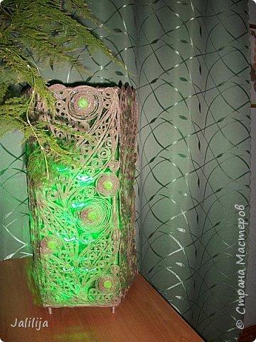 Высота светильника -60 сантиметров. Боковые грани - 20 см. Использована  непрокрашенная  джутовая нить. Внутри светильника -светодиодная лента ,зелёная, можно использовать любого цвета, какой вам больше нравится. Продаётся в любом магазине электротоваров, стоит недорого. В этой лампе длина ленты 1 метр. фото 1