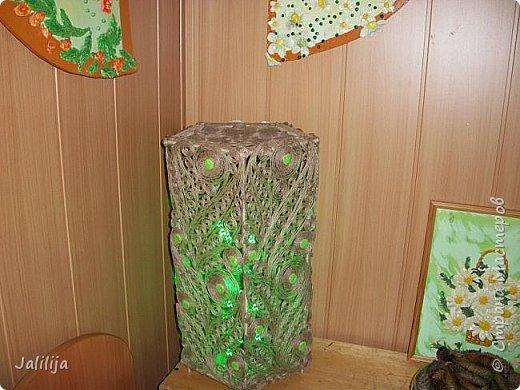 Высота светильника -60 сантиметров. Боковые грани - 20 см. Использована  непрокрашенная  джутовая нить. Внутри светильника -светодиодная лента ,зелёная, можно использовать любого цвета, какой вам больше нравится. Продаётся в любом магазине электротоваров, стоит недорого. В этой лампе длина ленты 1 метр. фото 5