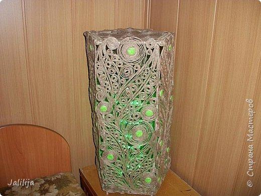 Высота светильника -60 сантиметров. Боковые грани - 20 см. Использована  непрокрашенная  джутовая нить. Внутри светильника -светодиодная лента ,зелёная, можно использовать любого цвета, какой вам больше нравится. Продаётся в любом магазине электротоваров, стоит недорого. В этой лампе длина ленты 1 метр. фото 6