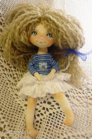 А покажу-ка я вам куклу. А то, поди-ка забыли, как они выглядят. Малышка сделана на заказ. Рост 35 см.Руки и ноги пришиты к телу. Никаких шарниров и проволочек внутри тела нет. Каждый волосок привязан к голове. Поэтому вполне подходит для детских игр. одежда снимается. фото 1