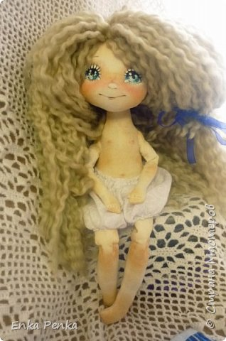А покажу-ка я вам куклу. А то, поди-ка забыли, как они выглядят. Малышка сделана на заказ. Рост 35 см.Руки и ноги пришиты к телу. Никаких шарниров и проволочек внутри тела нет. Каждый волосок привязан к голове. Поэтому вполне подходит для детских игр. одежда снимается. фото 5