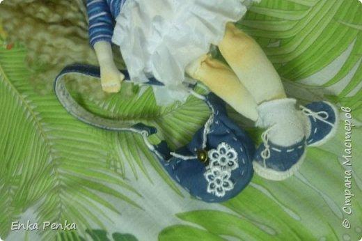 А покажу-ка я вам куклу. А то, поди-ка забыли, как они выглядят. Малышка сделана на заказ. Рост 35 см.Руки и ноги пришиты к телу. Никаких шарниров и проволочек внутри тела нет. Каждый волосок привязан к голове. Поэтому вполне подходит для детских игр. одежда снимается. фото 9