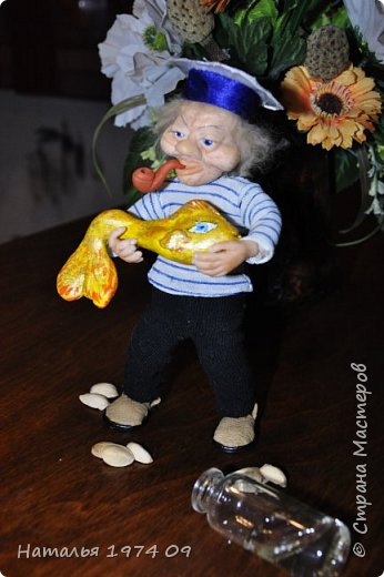 кукла 17 см высотой в руке банка с водой в другой золотая рыбка фото 4