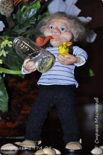 кукла 17 см высотой в руке банка с водой в другой золотая рыбка фото 1