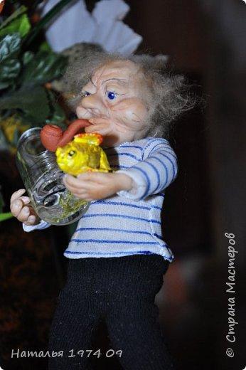 кукла 17 см высотой в руке банка с водой в другой золотая рыбка фото 2