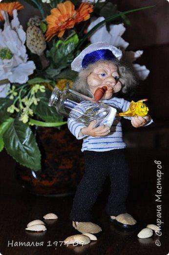 кукла 17 см высотой в руке банка с водой в другой золотая рыбка фото 3