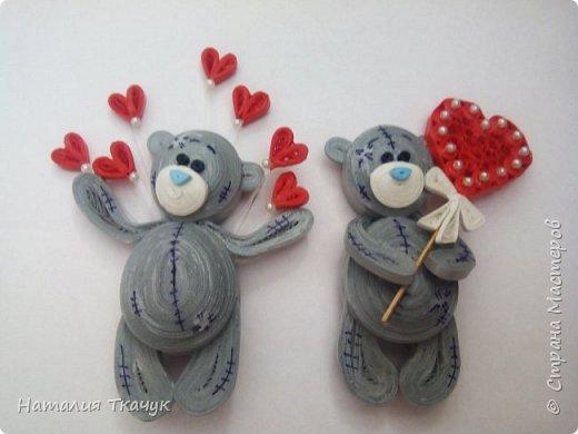 """Здравствуйте дорогие друзья!!! Уважаемые жители замечательной Страны Мастеров!!!       От всей души, от всего сердца хочу поздравить всех вас с прекрасным праздником. Пожелать,  чтобы  слова любви говорили вам часто-часто и без всякого повода, и  всю жизнь!!! Любить и быть любимыми, дарить радость и быть счастливыми!!! Желаю жизненной гармонии и душевного тепла!!!        Сегодня я к вам с магнитиками . Ну какой же праздник любви без очаровательных мишек Тедди.       В наше время мишки Тедди являются не только любимцами детей, но и  предметами коллекционирования у взрослых. У этого хобби есть даже название - """"АРКТОФИЛИЯ"""" 9 греч. """"арктос"""" - медведь и """"филос"""" - любитель).       Во многих странах созданы клубы, музеи, проводятся выставки мишек Тедди.       Наверняка вы не раз встречались с милыми мордашками этих медвежат на открытках. Их всегда приятно дарить и получать. Эти мишки просто потрясающие!  Замечательные серые мишки с заплатками и голубыми носиками - отличный подарок к любому празднику, а ко дню Святого Валентина особенно!!!        Высота моих мишек - 8,5 см. Сделаны в любимой технике квиллинг с полосок бумаги 1,5 мм и 3 мм, вскрыты акриловым матовым лаком для прочности и прикреплен сзади магнит.              Очень хотелось порадовать и поздравить  вас этими крошечными мишками  Тедди!!        Приятного просмотра!!!   .    фото 8"""
