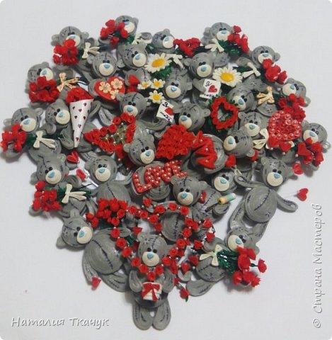 """Здравствуйте дорогие друзья!!! Уважаемые жители замечательной Страны Мастеров!!!       От всей души, от всего сердца хочу поздравить всех вас с прекрасным праздником. Пожелать,  чтобы  слова любви говорили вам часто-часто и без всякого повода, и  всю жизнь!!! Любить и быть любимыми, дарить радость и быть счастливыми!!! Желаю жизненной гармонии и душевного тепла!!!        Сегодня я к вам с магнитиками . Ну какой же праздник любви без очаровательных мишек Тедди.       В наше время мишки Тедди являются не только любимцами детей, но и  предметами коллекционирования у взрослых. У этого хобби есть даже название - """"АРКТОФИЛИЯ"""" 9 греч. """"арктос"""" - медведь и """"филос"""" - любитель).       Во многих странах созданы клубы, музеи, проводятся выставки мишек Тедди.       Наверняка вы не раз встречались с милыми мордашками этих медвежат на открытках. Их всегда приятно дарить и получать. Эти мишки просто потрясающие!  Замечательные серые мишки с заплатками и голубыми носиками - отличный подарок к любому празднику, а ко дню Святого Валентина особенно!!!        Высота моих мишек - 8,5 см. Сделаны в любимой технике квиллинг с полосок бумаги 1,5 мм и 3 мм, вскрыты акриловым матовым лаком для прочности и прикреплен сзади магнит.              Очень хотелось порадовать и поздравить  вас этими крошечными мишками  Тедди!!        Приятного просмотра!!!   .    фото 29"""