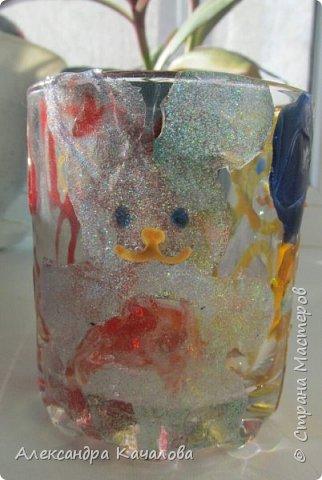 Понравилось Инночке рисовать витражными красками и решила девочка украсить себе стаканчик для канцелярских принадлежностей. Вот, что получилось... фото 1
