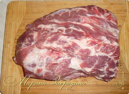 Здравствуйте мастерицы и гости сайта! Сегодня делюсь рецептом свиной шейки с черносливом и овощами. Несмотря на то, что готовится запеченная свинина довольно просто, она идеально способна украсить любой праздничный стол. Вкус этого блюда не останется незамеченным приглашенными гостями. Шейка получается нежной, ароматной, сочной и очень мягкой. фото 2