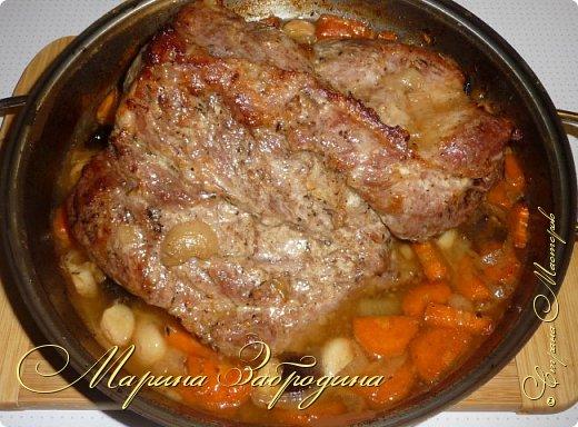 Здравствуйте мастерицы и гости сайта! Сегодня делюсь рецептом свиной шейки с черносливом и овощами. Несмотря на то, что готовится запеченная свинина довольно просто, она идеально способна украсить любой праздничный стол. Вкус этого блюда не останется незамеченным приглашенными гостями. Шейка получается нежной, ароматной, сочной и очень мягкой. фото 1