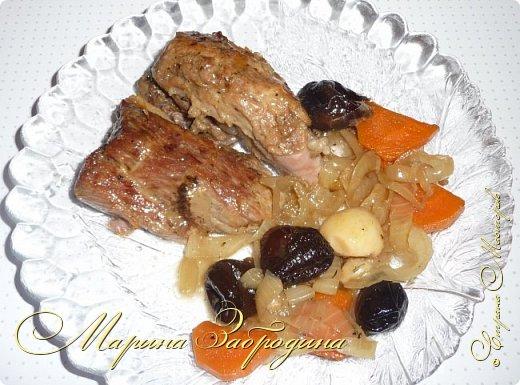Здравствуйте мастерицы и гости сайта! Сегодня делюсь рецептом свиной шейки с черносливом и овощами. Несмотря на то, что готовится запеченная свинина довольно просто, она идеально способна украсить любой праздничный стол. Вкус этого блюда не останется незамеченным приглашенными гостями. Шейка получается нежной, ароматной, сочной и очень мягкой. фото 18