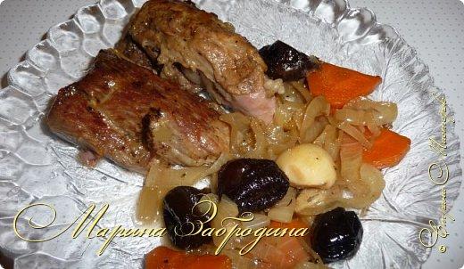 Здравствуйте мастерицы и гости сайта! Сегодня делюсь рецептом свиной шейки с черносливом и овощами. Несмотря на то, что готовится запеченная свинина довольно просто, она идеально способна украсить любой праздничный стол. Вкус этого блюда не останется незамеченным приглашенными гостями. Шейка получается нежной, ароматной, сочной и очень мягкой. фото 19