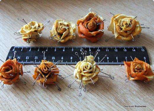 Для работы понадобились: кашпо, апельсины, острый маленький нож, лента с зелёными листиками, термопистолет, зубочистки.  фото 6