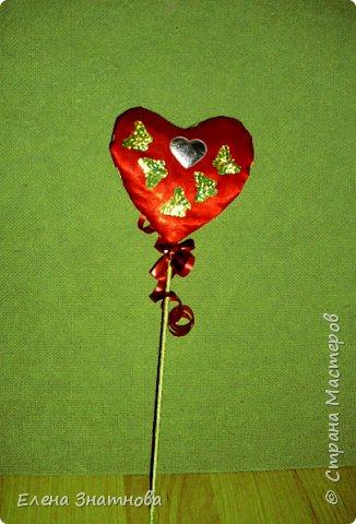 Здравствуйте друзья! Хочу показать несколько поделок к дню святого Валентина. Такие поделки могут сделать дети с 6 лет, более сложные – при помощи взрослых.  Дети с удовольствием участвуют в творческом процессе, им немного нужно дать выразить свою фантазию. Поэтому я всегда предлагаю несколько вариантов и поддержу их с новыми идеями. Валентинки – сердечки на шпажках: каркас гофрированный картон, обтянут атласным шёлком, выглядит как подушечка, внутри синтепон обратной стороны: плоская часть. Все стороны сердечек оформлены по-разному,  подушечка  - в основом цветами из лент, обратная сторона – всякой всячиной, всё, что можно приклеить на клей карандаш. На одной из валентинок сторона обклеена яичной скорлупой и подкрашена хаотично акварелью и блёстками. Валентинки на шпажках. Шпажки обмотаны узкой тесьмой. Палочки просто протыкаются в сердечки, продвигаются в отверстия гофрированного картона, поэтому заготовка из гофрированного картона лучше делать по вертикальным линиям и заранее проткнуть шпажкой. В заключении - на шпажке завязан бант из металлизированной ленты, придаёт праздничный вид. фото 6